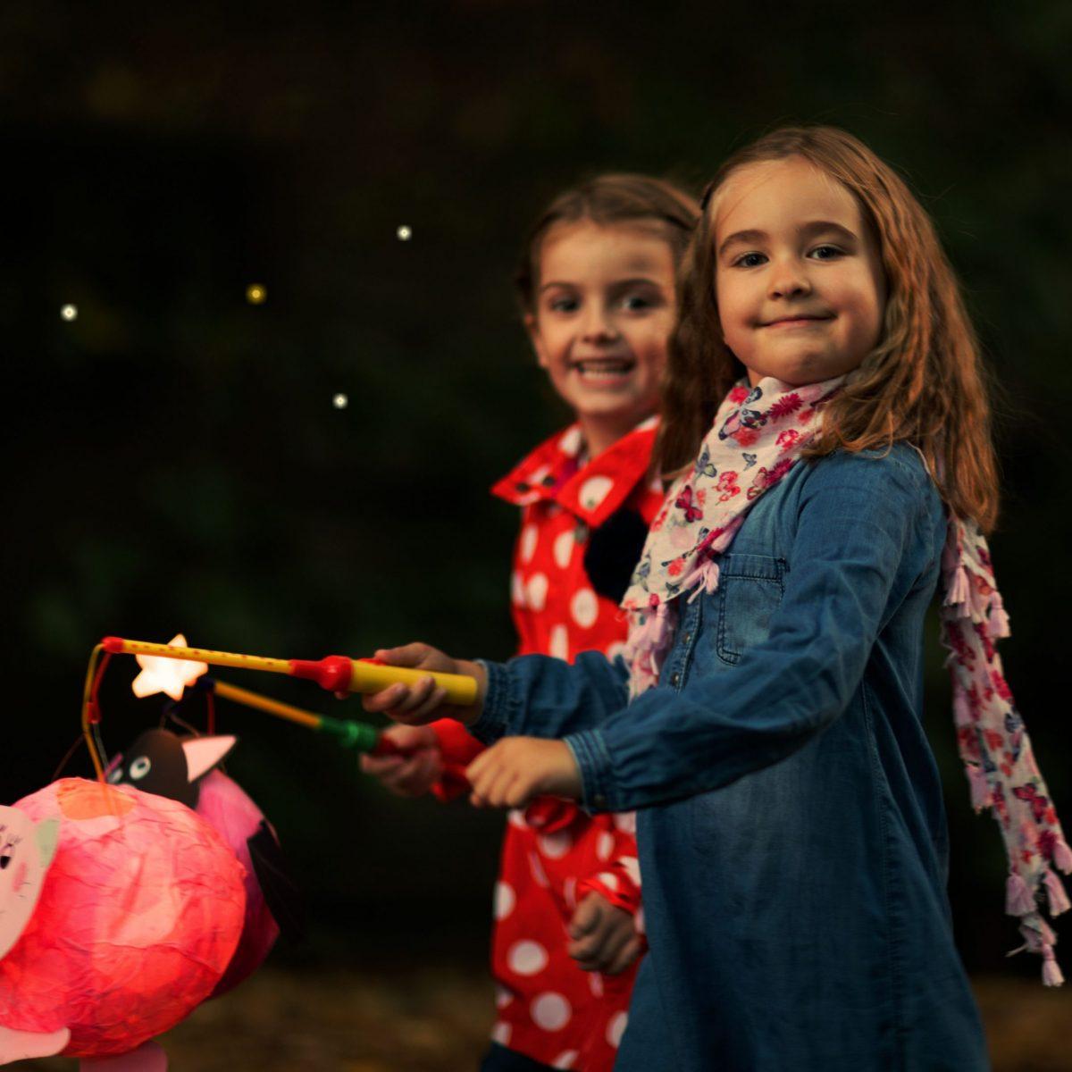 AdobeStock_Kinder mit Laterne (1a)