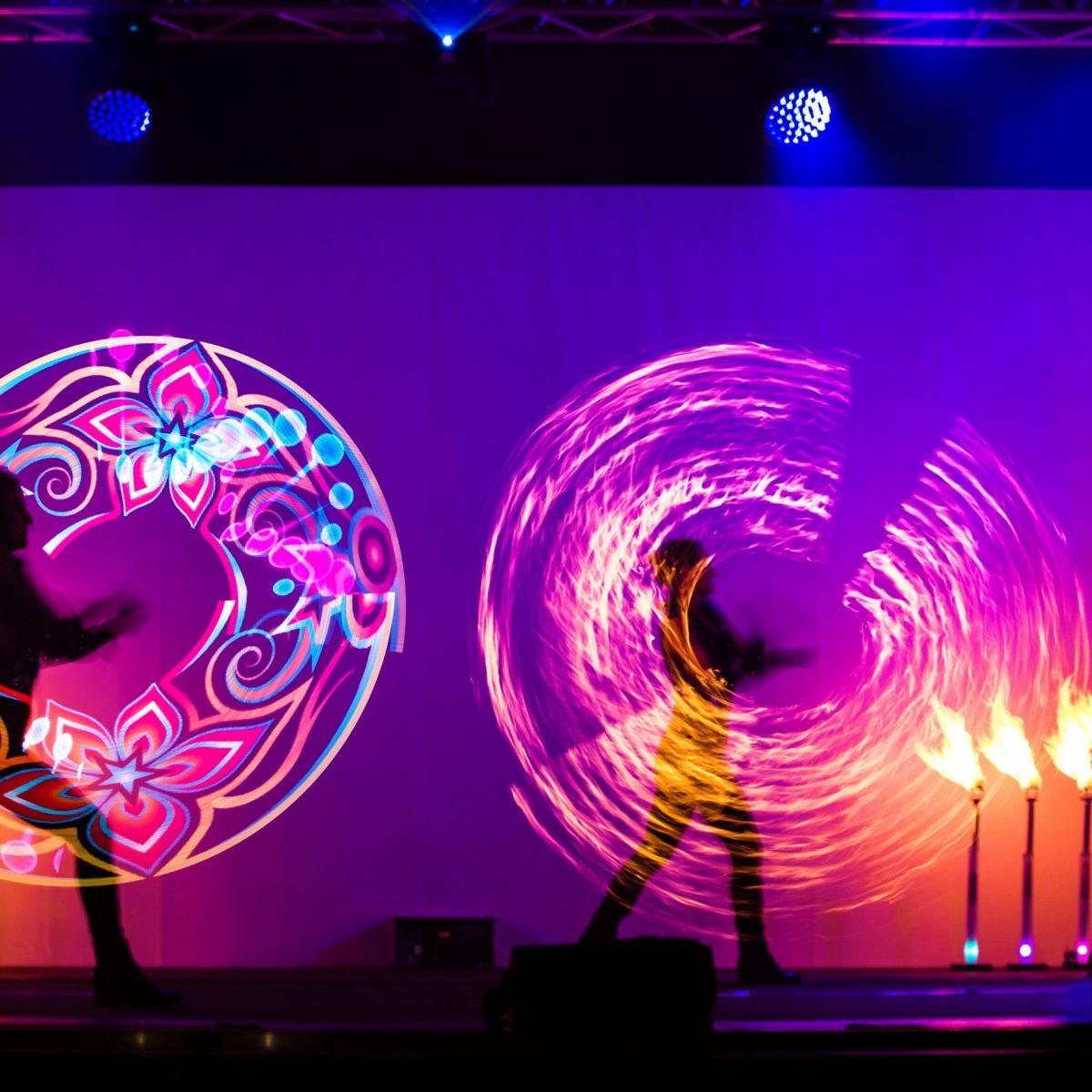 Energiegeladene Feuershow mit Feuer-Effekten